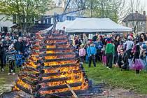"""Několik stovek lidí si nenechalo ujít pálení čarodějnic u opavské """"Sokolky""""."""