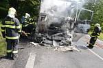 O požáru nákladního vozidla MAN, které vezlo kamenivo, bylo operační středisko hasičů informováno o půl jedenácté dopoledne.