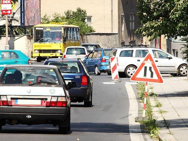 Velmi nebezpečná je křižovatka ulic Hradecké a Rooseveltovy, kde již několik měsíců stojí svislá dopravní značka.