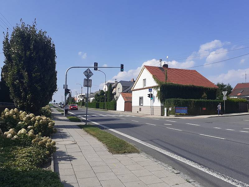 Obec Malé Hoštice, frekventovaná ulice Opavská.