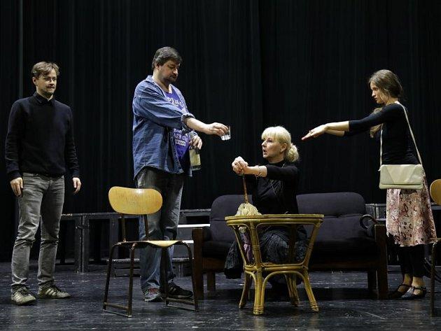 Na snímku ze zkoušky je (zleva) Daniel Volný (John), Martin Valouch (komorník), Ivana Lebedová (lady Bracknellová) a Tereza Bartošová (Gvendolina).