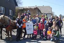 Dobrovolníci z Jančí v příkopech okolo své vesnice sesbírali okolo 400 kilogramů odpadků.
