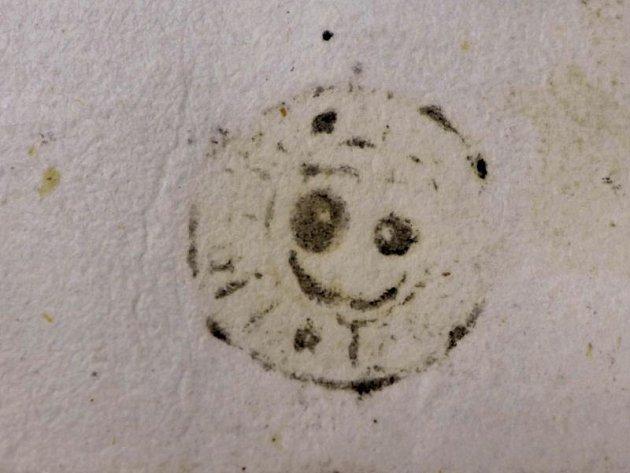 Smajlík. Tento známý symbol připomíná pečeť na listině z 15. století, kterou uchovávají v opavském archivu.