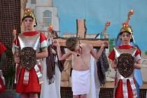 Ve Strahovicích se uskuteční ve čtvrtek 8. května 2014 od 16 hodin benefiční muzikálové představení nazvané Ukřižování Krista. Akce se koná v tělocvičně místní základní školy.