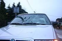 V pondělí, čtvrt hodiny před sedmou ráno, srazilo auto na přechodu pro chodce v Děhylově strážkyni přechodu.