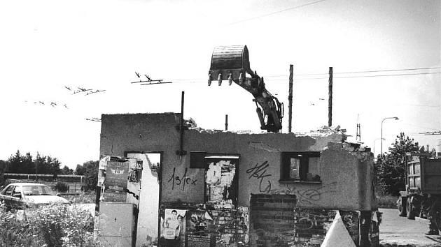 Bývalý kiosek na bývalé točně trolejbusů u Ostroje na výjezdu z Opavy podlehl letos 29. července demolici.