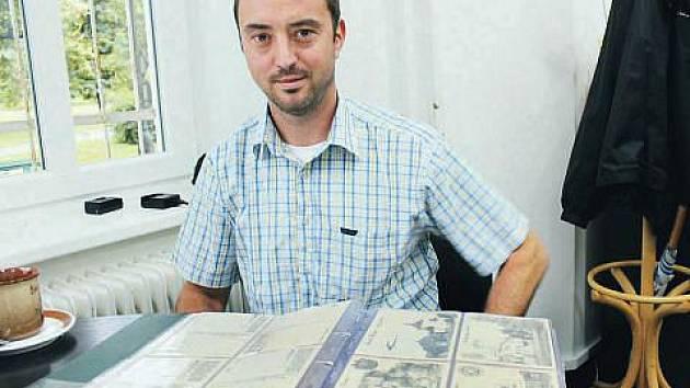 Potisk na dřevěných pohlednicích dělá Pavel Toman jako jediný v republice. Za rok jich vyrobí až 150 tisíc.