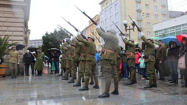 Počasí sice vůbec nepřálo, ale i přes místy silný déšť se na Horním náměstí v neděli dopoledne sešel početný dav lidí a připomenul si toto významné jubileum.