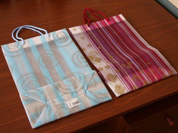 Poslední zákazník si na poště koupil papírové dárkové tašky.