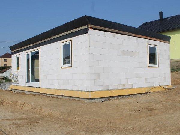 Unikátní projekt, oněmž jsem vás informovali, byl vúterý úspěšně dokončen. Hrubá stavba rodinného domu vBolaticích-Borové, se kterou se započalo vpondělí v8 ráno a jež měla být završena přesně po 24hodinách, úspěšně stojí.