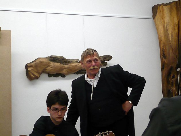 Milan Obuda na začátku výstavy představil, jak dává dřevu duši.