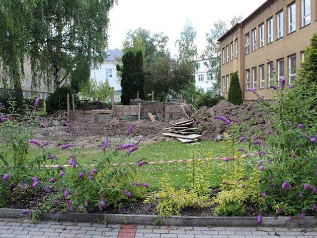 Nové prvky v souladu s přírodou. V Mateřské škole Havlíčkova v současnosti mění zdejší zahradu k nepoznání.