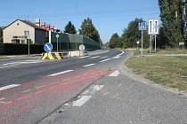 V úterý místo neštěstí, tedy prostor kolem křižovatky ulic Mostní a Rolnická v Kateřinkách, připomínalo jen pár krvavých skvrn na chodníku, barvou vyznačená dráha, po které se auto řítilo, a stopy na nedalekém travnatém břehu, kde teprve zabrzdilo.