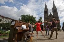 """Projekt Piana na ulici odstartoval v Praze. Na snímku je při tanci kavárník Ondřej Kobza, který má projekt """"na svědomí""""."""