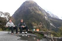 Radek Šafrán se svým kamarádem trampují uprostřed novozélandské přírody.