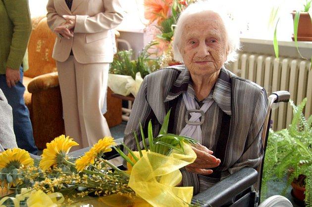 Marie Kohoutková si na loňské oslavě připila šampaňským a mezi dárky této již 106leté ženy nechyběl bylinný likér.