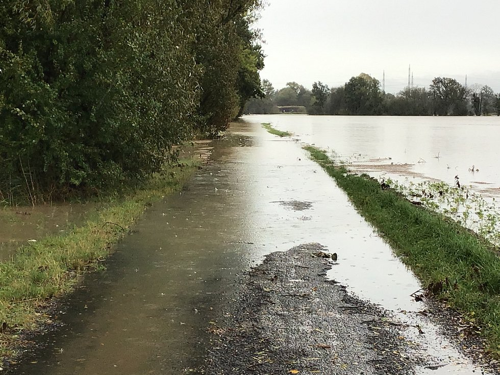 Voda komplikuje život lidem na Opavsku. Snímek ze středy 14. října 2020 - okolí Opavy a obce Vávrovice, Kravaře, Malé Hoštice, Držkovice, Palhanec.