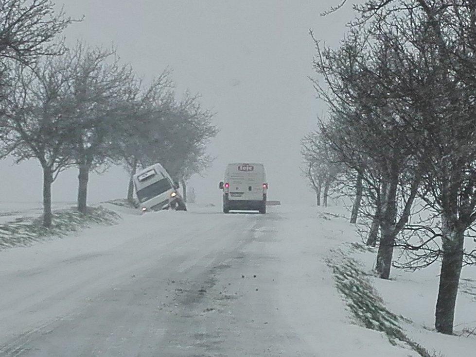 Mezi Lesními Albrechticemi a Jelenicemi skončil automobil v příkopě.