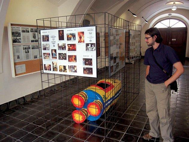Opavské majálesy v éře Slezské univerzity, tak nazvali výstavu její tvůrci (na fotografii Jiří Šíl). Zhlédnout ji můžete až do konce června ve vstupu budovy FPF SU.