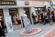 Nápaditou Fashion show pod širým nebem, kterou pořádal butik La Gabriella, si nenechaly ujít především ženy, které mohly obdivovat jak nejnovější kolekci oblečení, tak kabelky.