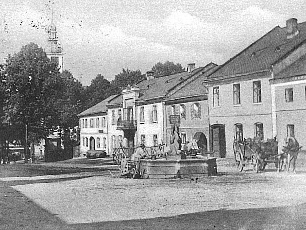 Stará kašna na náměstí Městečko před hradeckým zámkem z přelomu 19. a 20 století. Nejspíše z roku 1901.