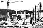 Na snímku z roku 1952 je rozestavěná přehrada na Moravici v Kružberku. Dokončena byla v roce 1955.