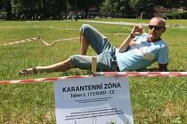 V prostoru za Slezankou umělci vybudovali karanténní zónu.