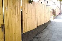 Takový plot vyrostl kolem domku Bürgermeisterových, kteří bydlí v sousedství romské ubytovny ve Vítkově.