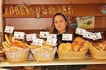 Eva Zarabská, provozovatelka prodejny pečiva a tvarůžků v Olomoucké ulici, věří, že přestěhováním se její situace zlepší.