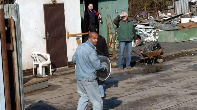 Část železa končícího ve sběrně pochází z krádeží. Policisté jsou proti tomu bezmocní.