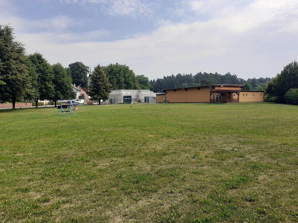 U fotbalového hřiště a nové hasičárny.
