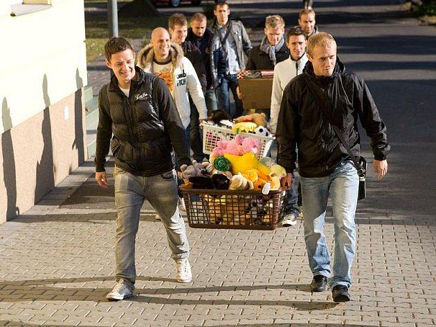 Početná skupinka opavských fotbalistů v doprovodu sportovní redakce Opavského a hlučínského deníku navštívila v pátek dopoledne dětské oddělení Slezské nemocnice v Opavě.