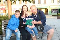 LUKÁŠ HOLUBEK (na snímku vlevo) s rodiči a mladším bratrem. Lukáš má ještě dvojče Petra, který je stejně postižen, navíc je autista. Na snímku se ale nenachází, protože se odmítá fotografovat.