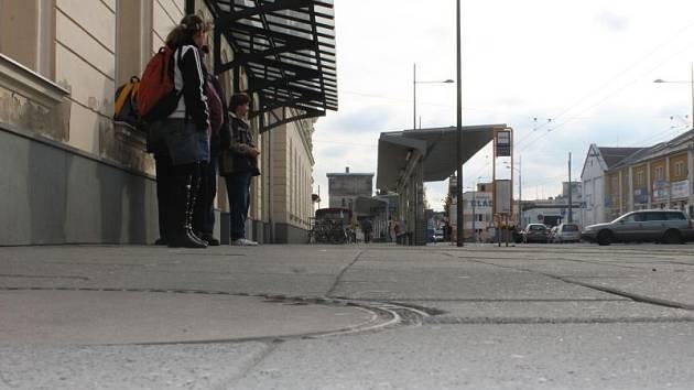 Každý rok znovu a znovu. Chodník před nádražím Opava-východ prochází rekonstrukcí, protože se rychle poničí. Nejinak tomu bude nejspíše i tento rok. Kde je chyba? A skončí to někdy?
