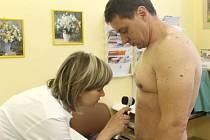 Znaménka si nechal lékařkou Martinou Lazeckou vyšetřit také Viktor Hořínek z Opavy.