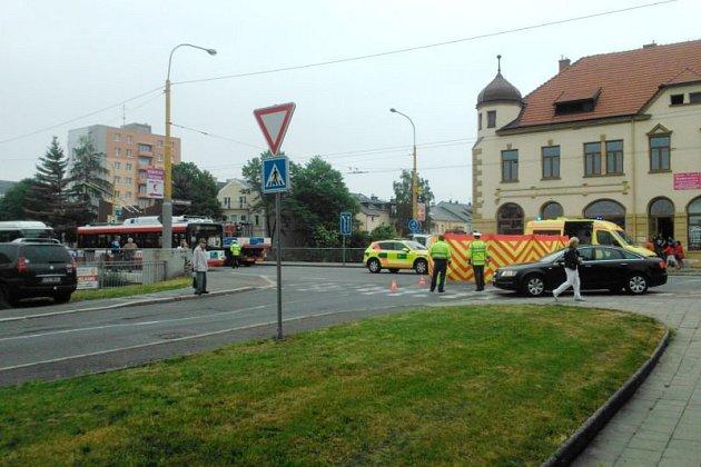 Tragická nehoda se ve čtvrtek ráno stala vRatibořské ulici. Ženu kousek před mostem srazil nákladní automobil.