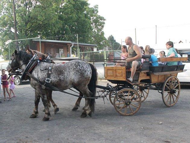 Velký zájem vzbudila mezi dětmi idospělými koňská bryčka, kterou se mohli částí obce projet.