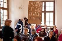 Zachraňte Opavské divadlo! S těmito nápisy přišli v pondělí do minoritu opavští divadelníci.