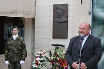 U pamětní desky generála Heliodora Píky proběhl v úterý vzpomínkový akt. Gen. Píka byl první, koho komunistický režim v politickém procesu odsoudil k trestu smrti oběšením. Rozsudek byl vykonán 21. června 1949. Na fotografii primátor Opavy Zdeněk Jirásek.