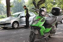 Petr Nedvídek je jedním z těch opavských strážníků, kteří do ulic města vyjíždí na skútru. Podle něj je to pro město ideální dopravní prostředek.