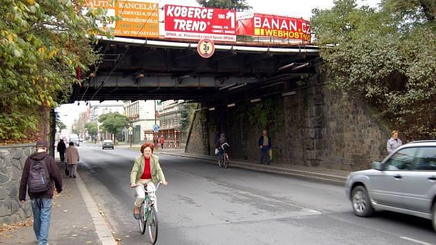 Viadukt. Tato část Olomoucké ulice patří mezi problematické úseky.