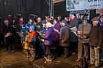 Na Dolním náměstí v Opavě bylo odhadem pět stovek lidí. Koledy si zapěli i ti nejmenší návštěvníci.