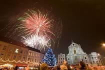 Tisíce lidí se přišly v sobotu podívat na rozsvícení vánočních stromků na Dolním a Horním náměstí. Rozsvítil je stejně jako v minulých letech primátor Opavy Zbyněk Stanjura, a to v předvečer sv. Mikuláše.