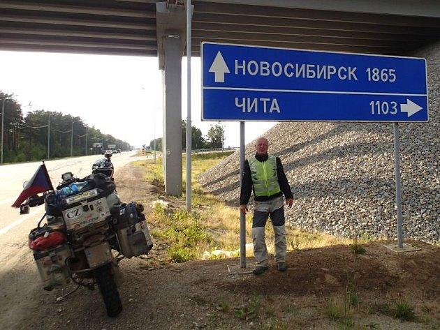 Helmut Šafarčík se při své cestě k Bajkalu nechal zvěčnit u dopravního ukazatele s označením města Novosibirsk.