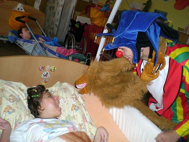 Děti z domova pro děti a mládež se zdravotním postižením Sírius v Opavě měly před pár dny důvod k radosti. Navštívili je totiž klauni. Tamním chovancům ukázali řadu kouzel a obdarovali je tvarovacími balónky.