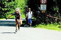 Martina Žáčková stoupá na trati dalšího závodu Českomoravského in–line poháru do cíle. Na šestnáctikilometrové časovce si dojela pro stříbrnou medaili.
