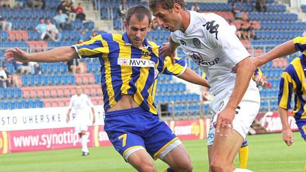 Michal Riška (ve žlutomodrém) v souboji s Liborem Doškem.