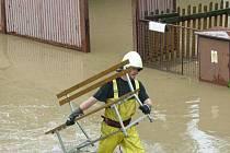 Velká voda se během nedávných povodní nevyhnula ani Štemplovci, který není před velkou vodou nijak chráněn. Jak prozradili tamní lidé, takovou vodu zde nezažili od roku 1977.