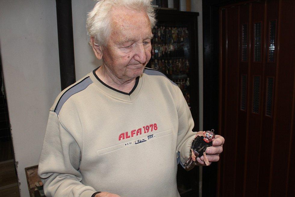 Zdeněk Petřík s loutkou Brečulínem - tu vyráběl jeho tatínek podle Zdeňkovy předlohy.