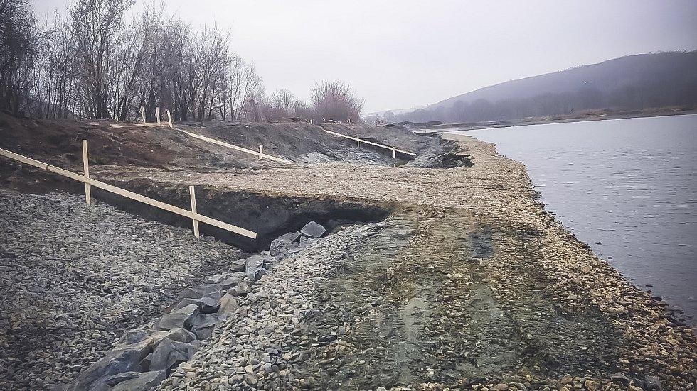 Práce na sanaci Hlučínského jezera.
